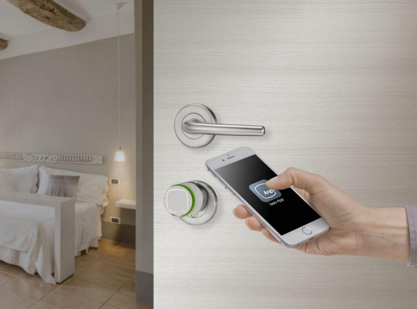 albergo tecnologico apre porta con telefono smartphone