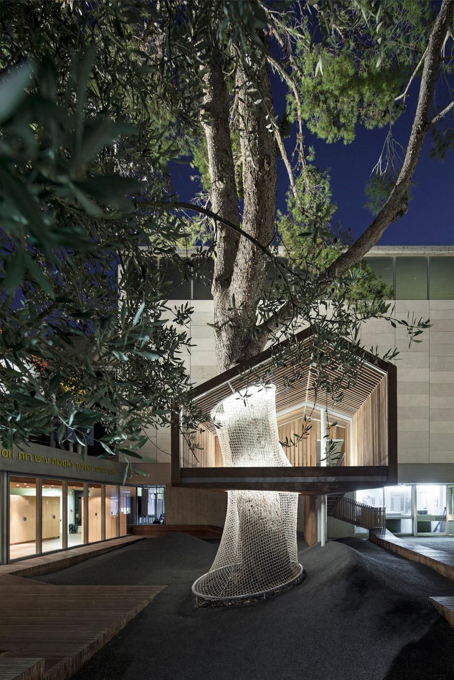 La casa sull 39 albero nel cortile del museo di israele for Architecture and design tree house