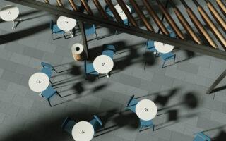 vista dall alto di tavolini e sedie per esterno