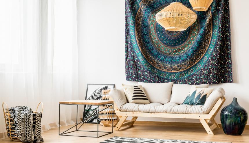 Soggiorno con divano in uno stile che richiama l'Africa