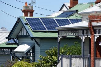 """Pannelli Solari Fotovoltaici Che cosa sono i pannelli solari fotovoltaici? Pannelli Solari Fotovoltaici Pannelli Solari Fotovoltaici Il termine pannello fotovoltaico è un termine di uso comune che si utilizza per indicare quelli che tecnicamente sono chiamati """"moduli fotovoltaici"""". Si tratta di un determinato tipo di pannello solare che permette di sfruttare l'energia del Sole per la produzione di energia elettrica. A cosa servono i pannelli solari fotovoltaici? I pannelli fotovoltaici vengono utilizzati per la produrre energia elettrica dall'energia solare. I pannelli solari fotovoltaici producono energia elettrica grazie all'effetto fotovoltaico. In pratica i moduli convertono la radiazione solare in energia elettrica."""