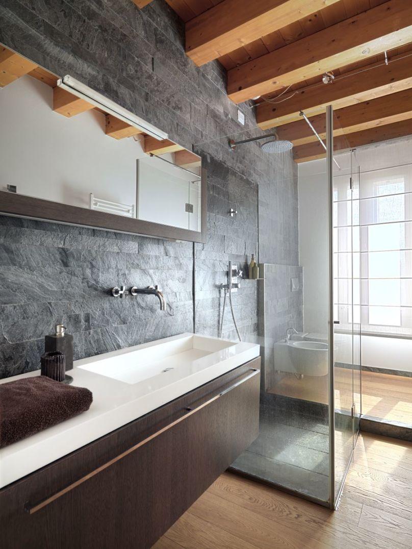 Box doccia con alla destra dei sanitari, a sinistra un lavabo con mobile bagno