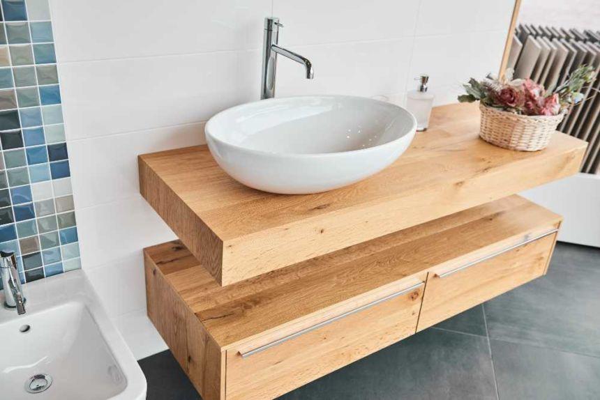 mobile del bagno color legno con cassetti