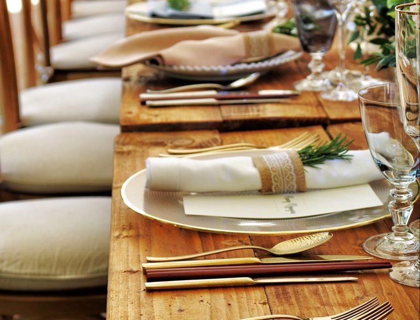 Tavolo in legno con posate moderne